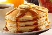 Składniki 1 1/2 szklanki mąki 3 1/2 łyżeczki proszku do pieczenia 1 łyżeczka soli 1 łyżka cukru 1 1/4 szklanki mleka 1 jajko 3 łyżki roztopionego masła Etapy przygotowania W dużej misce zmieszaj ze sobą mąkę, proszek do pieczenia, sól i cukier. W środku sypkiej mieszaniny zrób otwór (tak jak w przypadku ciasta na pierogi) i wlej tam mleko, roztopione masło i wbij jajko. Dobrze zmiksuj całość, aż osiągnie gładką konsystencję. Połóż patelnię na średnim ogniu i rozgrzej na niej niewielką ilość oleju. Wylej na nią część ciasta (ok. ¼ szklanki na każdego naleśnika) i smaż dopóki naleśnik z obu stron nie nabierze lekko brązowej barwy. Podawaj na gorąco, najlepiej z syropem klonowym Czas przygotowania: 40 minut Smacznego!
