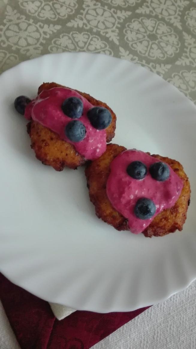 serniczki z sosem malinowym z borówkami - idealne śniadanie