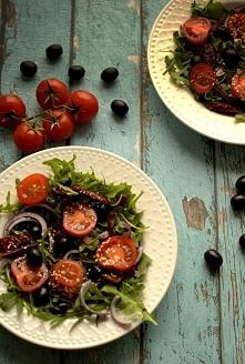 Sałatka z suszonymi pomidorami i sezamem. Link z przepisem w komentarzu