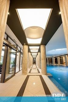Sufit napinany w korytarzu sprawdzi się zarówno w przestronnych wnętrzach hot...