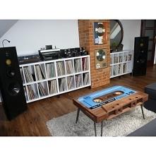 Oryginalny stolik kawowy w kształcie kasety magnetofonowej. Jego klasyczny ks...
