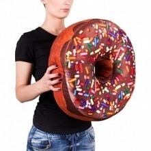 Poduszka Gigantyczny Donut -  - idealny prezent dla mamy, siostry, babci, żony. Kliknij w zdjęcie, by przejść do sklepu! SmartGift.pl