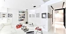 Salon w bieli w którym wykorzystano lampę wiszącą Alto ze sklepu ekotechnik24.pl