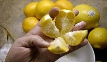 Przetnij cytrynę na 4 częśc...