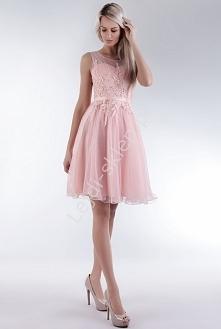 Jasnorózowa sukienka z gipiurowymi kwiatami 229,90zł