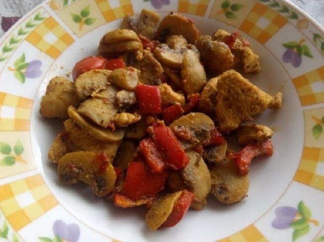 Obiadek :) 150 g piersi z kurczaka w gyrosie, 100g pieczarek i jedna czerwona papryka :) Duszone razem z ziołami prowansalskimi, oregano i bazylią :) Wyszło pyszne :)