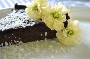czekoladowe brownie z kaszy jaglanej to mój sposób aby pogodzić to co słodkie, to co zdrowe i to co minimum kaloryczne - przepis na bogu wkawiarence.pl
