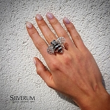 Bombus - Atrakcyjny, niebanalny pierścionek wykonany ze srebra i bursztynu. B...