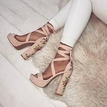 wiązane sandały na słupku