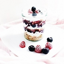 Przepis na wegańskie parfait z jogurtem kokosowym i borówkami