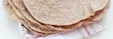TORTILLE Z MĄKI RAZOWEJ  SKŁADNIKI  2 szklanki mąki pszennej razowej 1/2 szklanki mąki pszennej (zwykłej, białej) 1/2 łyżeczki soli 55 g smalcu lub masła roślinnego lub oleju ko...