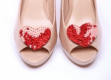 Klipsy do butów w kształcie serc, wykonane z czerwonych cekinów - świetna ozdoba butów ślubnych i nie tylko! :)  Klipsy do butów dostępne są w sklepie internetowym Madame Allure!