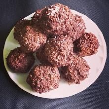 Kuleczki czekoladowo-kokosowe. Powstały z odciśniętych wiórek po zrobieniu ml...