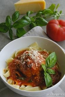 Klopsiki z serowym wnętrzem w sosie pomidorowym.