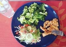 Obiad: końcówka brokułów z poprzednich dni, pierś z kurczaka i sałatka z jedn...