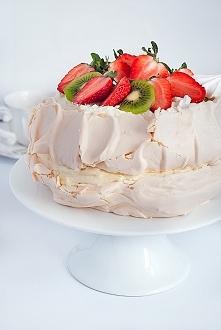 Tort bezowy z kremem budyni...
