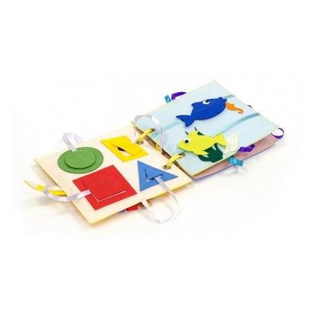 Piątek, piąteczek, piątunio - Uwielbiamy:)  Wykonana w Polsce z filcu i kolorowych szmatek  książeczka sensoryczna - Busy baby - Felt for fun dla niemowlaka od 6 miesięcy.   Na jej stronach znajdują się zwierzaki i figury geometryczne, przyczepiane na rzep, który można odpinać i przypinać.  Super zabawa:) Nic nie zginie:)  Miłego Weekendu:)