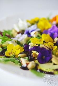 Sałatka z kwiatami jadalnymi