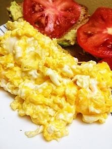jajecznica z 3 jaj, chleb ż...