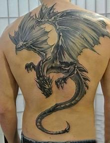 smok tatuaż na plecach