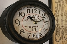 Zegar w metalowej obudowie w kolorze czarnym o wymiarach 26x28cm .