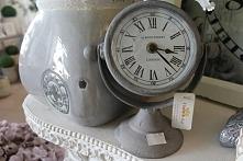 Zegar w metalowej obudowie i wymiarach - średnica 10,5cm i wysokość 19cm
