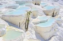 Trawertynowe baseny: Pamukkale, Turcja. Słynne zbocze góry Cökelez, dzięki ut...
