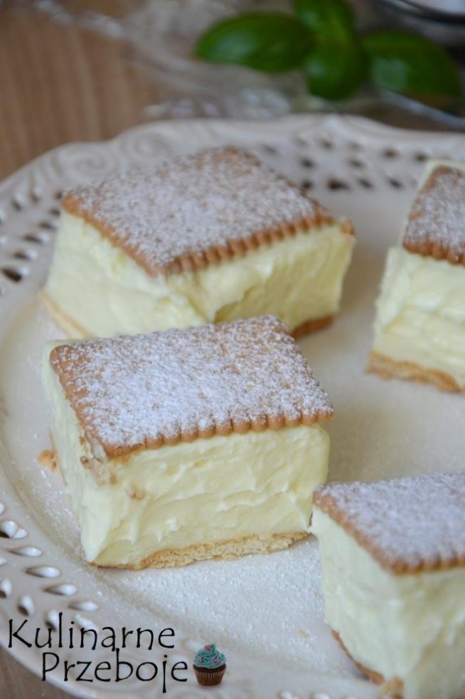 Napoleonka na herbatnikach – to szybkie i proste w wykonaniu ciasto bez pieczenia. Polecam je wszystkim, którzy uwielbiają maślano-budyniowe kremy :) Podane składniki dotyczą blaszki o wymiarach 23,5cm x 23,5cm. Składniki na krem: 1200ml mleka 200g masła szczypta soli 1 szklanka cukru (ok. 220g) 1 opakowanie cukru wanilinowego 3 czubate łyżki mąki pszennej tortowej (ok. 90g) 3 budynie śmietankowe Dodatkowo: 40 sztuk herbatników (140g = 2 opak. po 5 paczuszek Mini Betini) cukier puder do oprószenia Ok. 900ml mleka zagotować ze zwykłym cukrem i cukrem waniliowym. W pozostałym mleku (300ml) wymieszać budynie i mąkę pszenną na jednolitą, gładka masę. Gdy mleko zacznie się gotować wlać masę budyniową i dalej gotować na małym ogniu, ciągle mieszając, by nie powstały grudki. Gotować do czasu aż masa dość mocno zgęstnieje (jak za mało odparujemy budyń, to krem może wyjść zbyt rzadki). Po ugotowaniu zestawić garnek z palnika (ewentualnie wynieść go w chłodne miejsce), przykryć folią i pozostawić. Ostudzony budyń miksować przez kilka minut, by go nieco rozbić i by łatwiej łączył się potem z masłem. Miękkie masło utrzeć na biały, puszysty krem i stopniowo dodawać po łyżce budyniu, cały czas miksując, do uzyskania gładkiego kremu. Blaszkę wyłożyć folią spożywczą. Na dno poukładać jedną warstwę herbatników, a na nią wyłożyć masę budyniową, wyrównać i przykryć pozostałymi herbatnikami. Ciasto wstawić na całą noc do lodówki. Przed podaniem posypać cukrem pudrem.