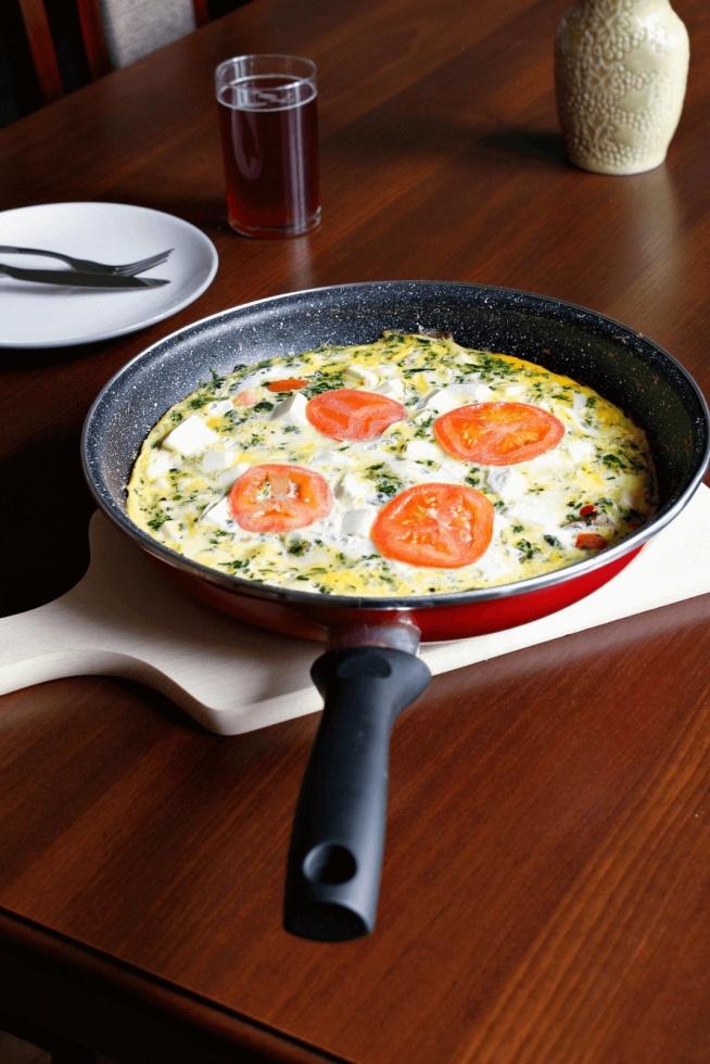 Smażone BEZ TŁUSZCZU! Zdrowe śniadanie. Frittata z fetą, szpinakiem, pomidorami. Przepis po kliknięciu w zdjęcie.