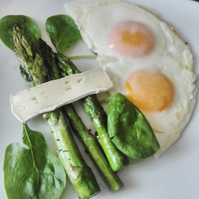 najlepsze śniadania to szybkie i proste potrawy :)  U mnie dziś jaja sadzone, szparagi na maśle i camembert naturalny