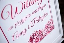 Tablica powitalna gości na sali weselnej. Nieodłączny element każdej dekoracji ślubnej. Weddlove - Wrocław