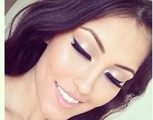 Makijaż na wesele, makijaże rozświetlające jak zrobić taki makijaż