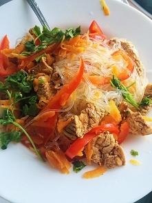 makaron chiński z piersią indyka, papryka, marchwią, mozzarella :) natka pietruszki :)