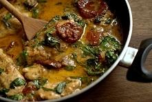 Kurczak ze szpinakiem i suszonymi pomidorami. Link z przepisem w komentarzu.