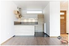 Otwarta kuchnia. Połzecznie drewna i bieli by MS-Meble we współpracy z Atal design