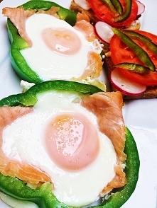 dzień dobry :) śniadanie. łosoś z jajkiem w papryce, chleb żytni z masłem, pomidorem, rzodkiewka.