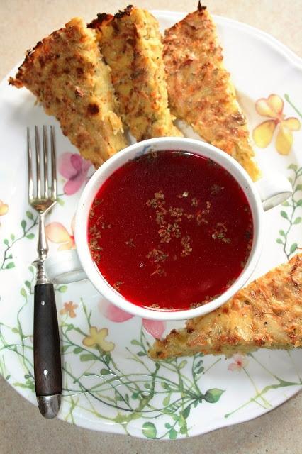 ZAPIEKANKA WARZYWNA (DODATEK DO CZYSTYCH ZUP) Taka zapiekanka to rewelacyjny dodatek do zupy, zwłaszcza czystej, jak np. czerwony barszcz. Jest bardzo sycąca:) Składniki na okrągłą formę, średnica 22 cm: 4 spore ziemniaki 3-4 marchewki połowa średniej wielkości selera 1 duża cebula 2 łodygi selera naciowego + trochę zielonych liści 1 jajko 4 łyżki mąki z ciecierzycy (można użyć pszennej) 1 łyżeczka majeranku sól, pieprz do smaku Dodatkowo: olej na natłuszczenia formy bułka tarta do oprószenia formy Przygotowanie: Umyte warzywa obieram, a potem ścieram na grubej tarce. Dodaję jajko, przyprawy do smaku i mąkę, po czym bardzo dokładnie wszystko mieszam. Masę przekładam do natłuszczonej i posypanej bułką tartą formy, wyrównuję. Wstawiam do piekarnika nagrzanego do 190 stopni C. (góra-dół, bez termoobiegu, środkowy poziom piekarnika) na ok. godzinę. Zapiekanka powinna się lekko ze złocić z góry. Podaję z czystymi zupami, pokrojoną w trójkąty.