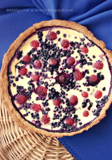 Lekka jogurtowa tarta z letnimi owocami