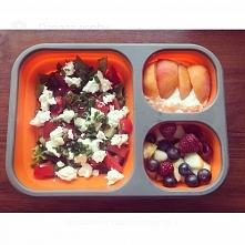 Bo najważniejsze to nie być głodnym ! Sałatka z pomidorami, ogórkiem, fetą, zieloną cebulką i sosem na bazie oliwy; sałatka owocowa i twarożek z płatkami owsianymi i miodem :)