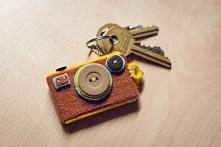 Breloczek z filcu i guzików w kształcie aparatu