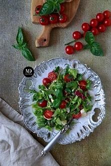 Prosta i szybka sałatka z mozzarellą, pomidorkami i ziołami.