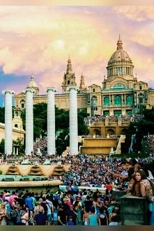 Barcelona w oczekiwaniu na muzykalny występ fontanny:)