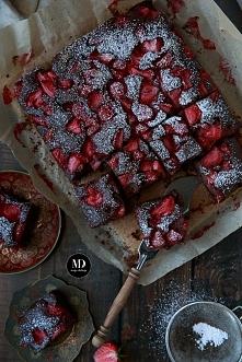SZYBKIE i BEZ MIKSERA Ciasto czekoladowe z truskawkami. Idealne dla pracusiów...