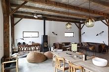 Salon z jadalnią w rustykalnym klimacie.