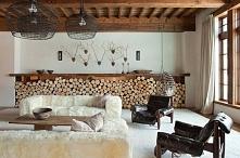 Rustykalne wnętrza z elementami drewna.