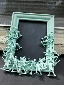 Ozdobna ramka DIY  Potrzebujesz: - ramki do zdjęć - figurek (na obrazku zabaw...