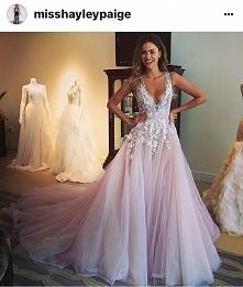Suknia w kolorze delikatneg...