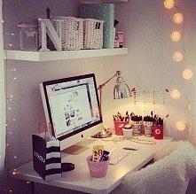 Tak jakoś przytulnie :) Pomysł na biurko.