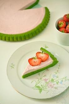 Zielone ciasto z kremem truskawkowym