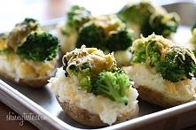 Faszerowane ziemniaki z brokułami i serem Składniki:  4 średnie ziemniaki  sól i pieprz do smaku 1 1/2 filiżanki różyczek brokułu  2 filiżanki różyczek kalafiora 1/2 filiżanki  ...
